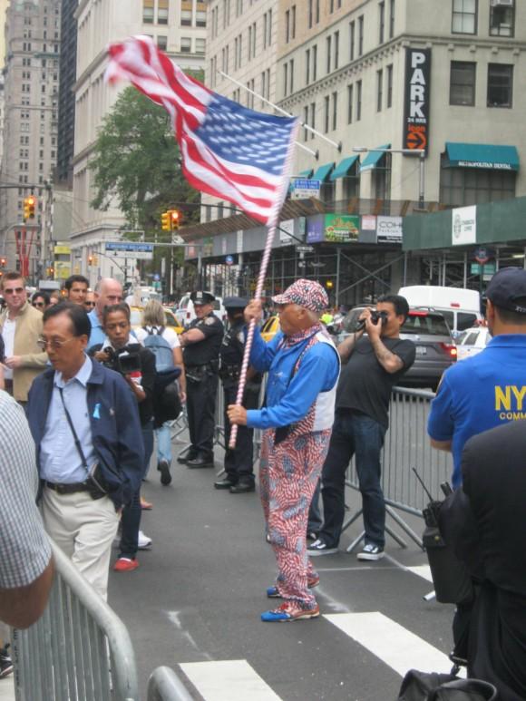 Manifestante patriotero desafía mitin antibelicista. Foto: Rafael Hernández