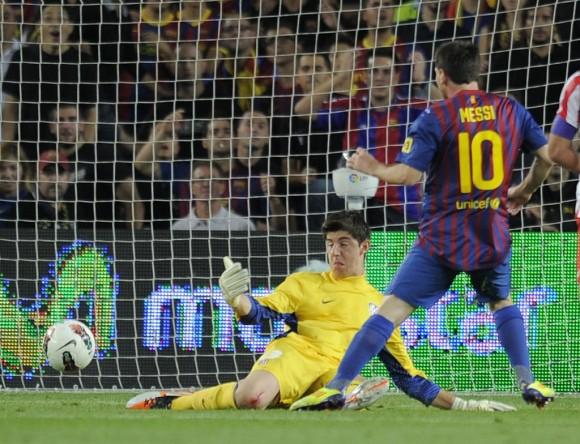 Un maravillosa combinación entre Xavi, Messi y Pedro acabó con el autogol de Miranda a los quince minutos. Foto: AFP