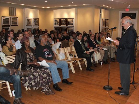 El jefe de la Sección de Intereses de Cuba, Jorge Bolaños, habla a los presentes.