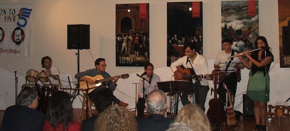 Guiados por el cantautor chileno Patricio Zamorano, los músicos Xavier Bure (Perú), Juan Maldonado (Ecuador), Philippe de Pontet (EE.UU.) y César Guarcax (Guatemala) i
