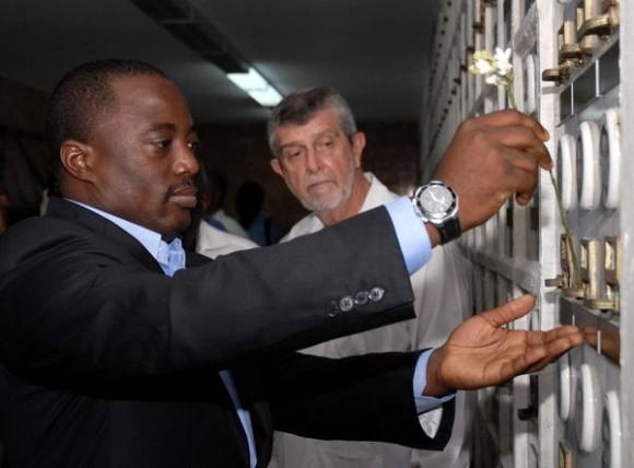 Joseph Kabila (I), presidente de la República del Congo, durante una visita realizada al Mausoleo a los caídos en combate por la liberación de África, en el Cementerio de Colón, La Habana, Cuba, el 27 de septiembre de 2011. AIN FOTO/Sergio ABEL REYES