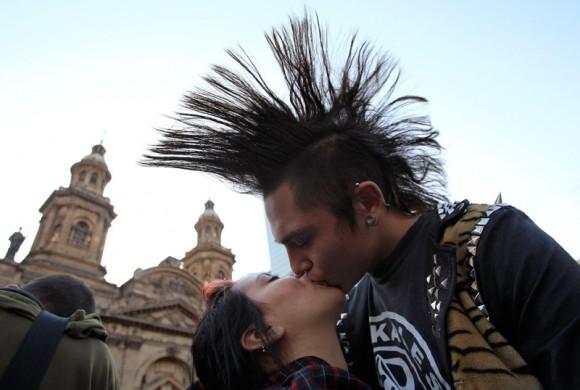 """Ayer se llevó a cabo el """"besatón"""" por la educación en Chile. En la gráfica vemos a una pareja haciendo lo propio en la actividad. REUTERS/Ivan Alvarado"""