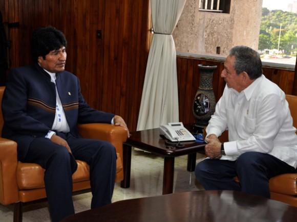 Raúl recibe a Evo. Foto: Estudios Revolución