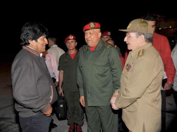 El presidente Raúl Castro, recibió en el aeropuerto internacional José Martí a Hugo Chávez Frías y Evo Morales Ayma, mandatarios de la República Bolivariana de Venezuela y del Estado Plurinacional de Bolivia, respectivamente. Foto: Geovani Fernández