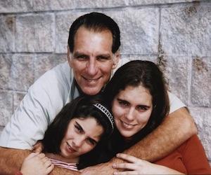René con sus hijas Ivette e Irma.