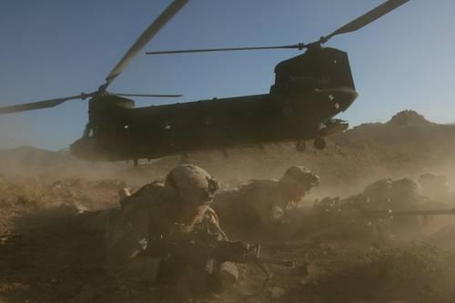 Un regimiento de infantería estadounidense asegura un área en la provincia de Helmand, en el sur de Afganistán, en imagen del 18 de junio de 2006. El 6 de agosto de este año los insurgentes derribaron un helicóptero Chinook, como el de la imagen, con saldo de 30 soldados muertos