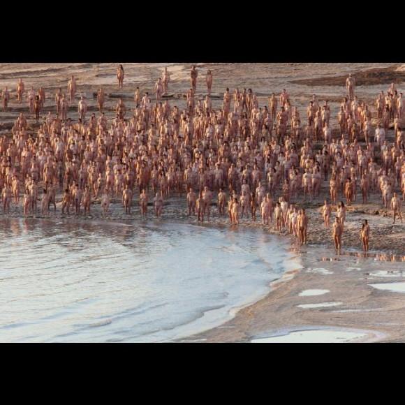 spencer-tunick-desnuda-a-un-millar-de-personas-en-el-mar-muerto2