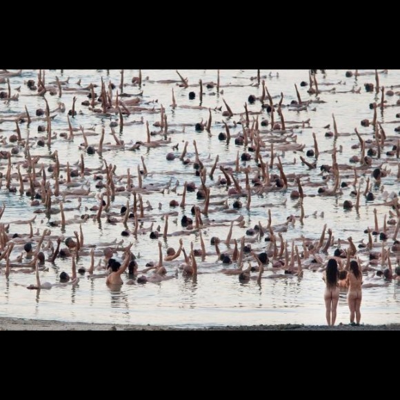 spencer-tunick-desnuda-a-un-millar-de-personas-en-el-mar-muerto3