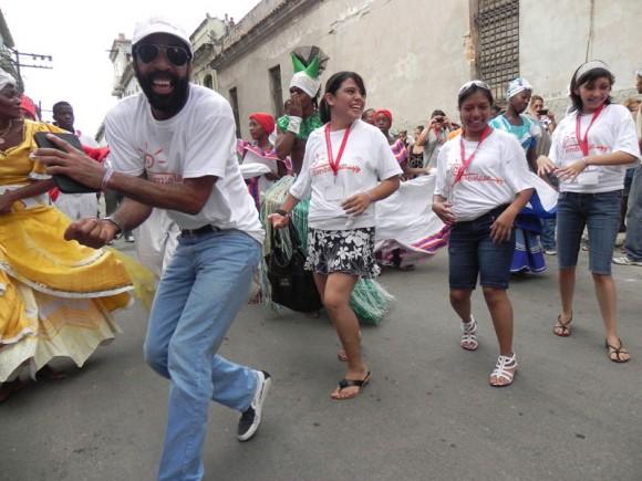 Los delegados extranjeros a Timbalaye se  integraron a la rumba de inmediato. Foto :Marianela Dufflar