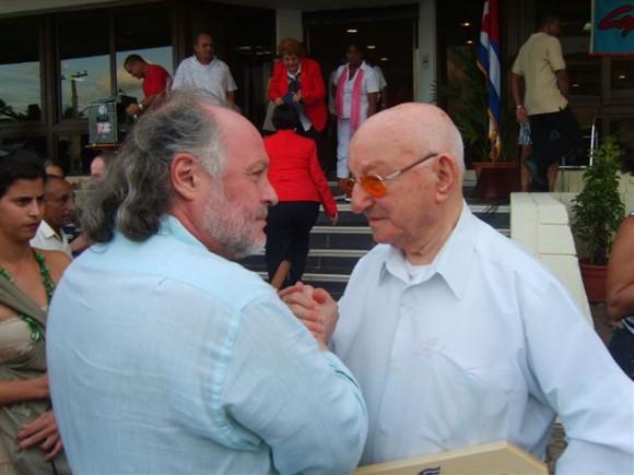 Un italiano de la AAIC expresa a Giustino su solidaridad.