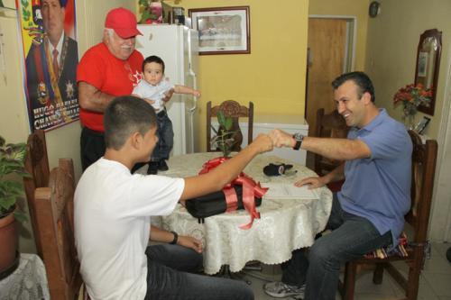 El ministro del InteriorTareck El Aissami entretó al niño Jhofre Chacón, seguidor número 2 millones de la cuenta @chavezcandanga, de una laptop y una carta enviada por el Presidente de la Republica, Hugo Chávez.