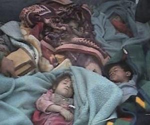 Esta foto fue tomado por un residente de Ishaqi el 15 de marzo de 2006. La policía iraquí dijo que eran los niños ejecutados por tropas de EE.UU. después de una redada. En la imagen se ven los cuerpos de los cinco niños envueltos en mantas y acostados en la camioneta que los llevaría al entierro. El sitio norteamericano McClatchy obtuvo la foto de un residente, que la tomó cuando ocurrieron los hechos. Foto: McClatchydc.com
