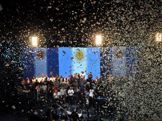 Argentinos celebran la reelección de la presidenta Cristina Fernández. Foto: Kaloian
