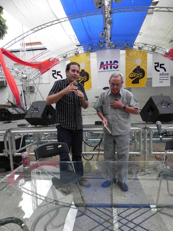 Luis Morlote, Presidente de la AHS agradece a Eusebio su presencia en el encuentro.  Foto: Marianela Dufflar