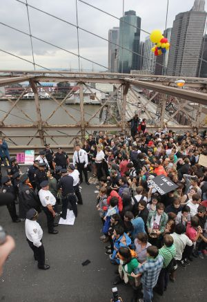 Los indignados de Nueva York ocupan el puente de Brooklyn