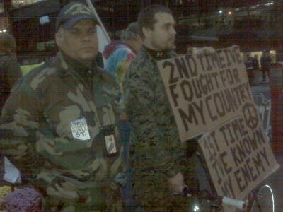 Dos Marines veteranos protestan en Nueva York. Foto: @blogdiva
