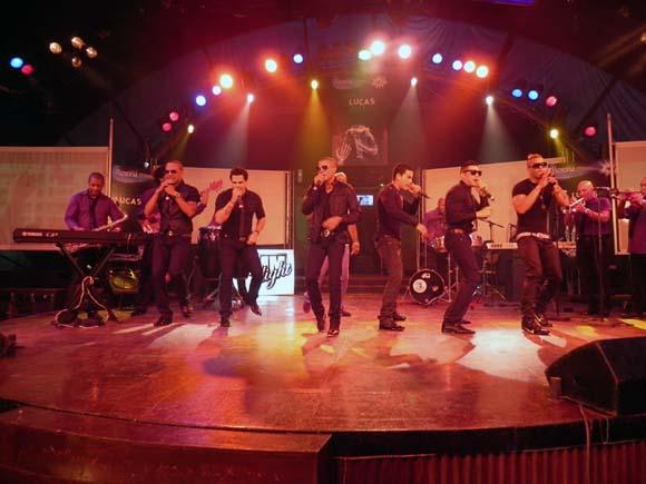 """La orquesta Charanga Habanera liderada por David Calzado  tuvo a su cargo, tal como dice Lucas, de """"cerrar la actividad"""". Foto: Marianela Dufflar"""
