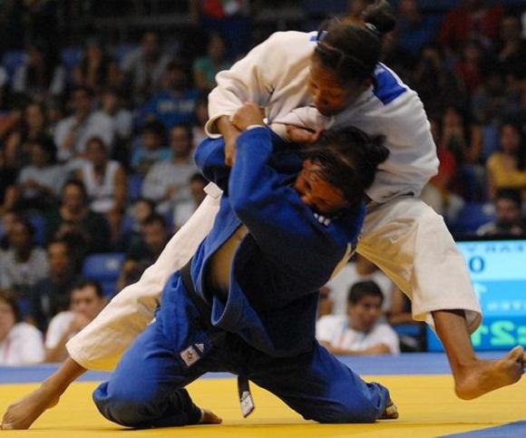 La cubana Onix Cortés (azul), Campeona Panamericana en Judo tras obtener la Medalla de Oro en la división de menos de 70 kilogramos, en combate efectuado en el gimnasio del CODE II, en la ciudad de Guadalajara, México, el 27 de octubre de 2011. AIN FOTO/Juan MORENO/Periodico JUVENTUD REBELDE/mvh