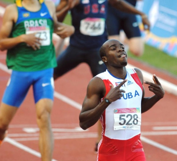 El corredor cubano Omar Cisnero,  Medalla de Oro en 400 metros  con valla, masculino, de los XVI Juegos Panamericanos Guadalajara 2011, en el estadio Telmex de Atletismo, en Jalisco, México, el 27 de octubre de 2011.   AIN   FOTO/Ricardo LÓPEZ HEVIA/Periódico Granma/sdl