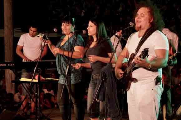 Kelvis Ochoa y su grupo. Foto: Alejandro Ramírez