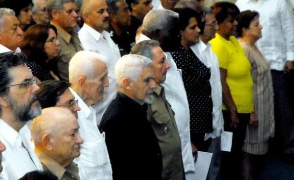 Con la presencia del presidente cubano Raúl Castro Ruz (C), y otros miembros del Buró Político y dirigentes del Comité Central del Partido Comunista de Cuba, se realizó el acto político cultural por el Día de las victimas del terrorismo de estado, en la Sala Universal de las Fruerzas  Armadas Revolucionarias, el 6 de octubre de 2011, en La Habana.  AIN   FOTO/Oriol de la Cruz
