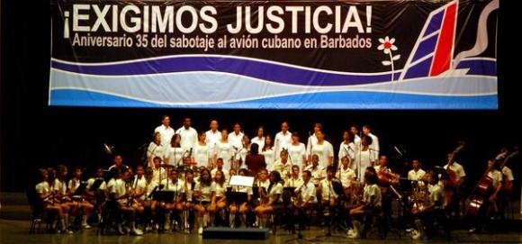 """Actuación del Coro """"Entrevoces"""" y la Banda del Conservatorio Esteban Salas, de Santiago de Cuba, en el acto político cultural por el Día de las victimas del terrorismo de estado, en la Sala Universal de las Fuerzas  Armadas Revolucionarias, el 6 de octubre de 2011, en La Habana.  AIN   FOTO/Oriol de la Cruz  ATENCIO/"""