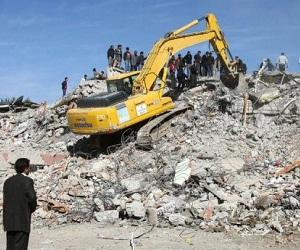 Una excavadora trabaja sobre una montaña de escombros en Van (AFP, Adem Altan)