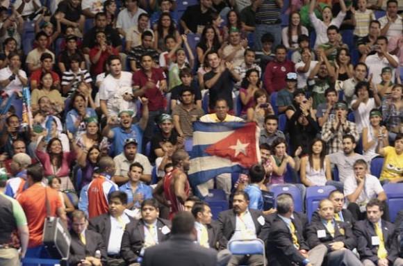 El público mexicano reprobó a los jueces que privaron del título a Humberto Arencibia y aplaudió la actuación del cubano. Foto: Ismael Francisco
