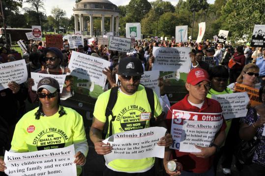 Agentes estadounidenses detuvieron a 24 manifestantes por protagonizar una protesta pacífica de tres mil personas frente a las oficinas centrales del Bank of America en la nororiental ciudad de Boston. Foto: Thinkprogress
