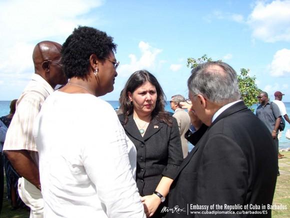 La embajadora, el abogado Jose Pertierra y otras personalidades que asistieron al homenaje.
