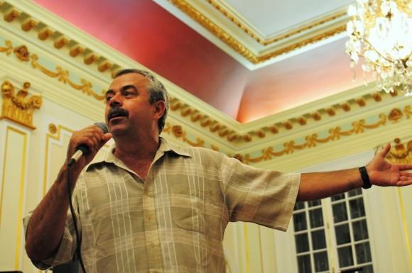 Carlos Alberto Cremata, director de La Colmenita, en la sede de la Oficina de Intereses de Cuba en Washington. Foto: Bill Hackwell