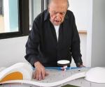 El arquitecto Oscar Niemeyer con una maqueta del proyecto del centro cultural de Avilés.- GORKA LEJARCEGI