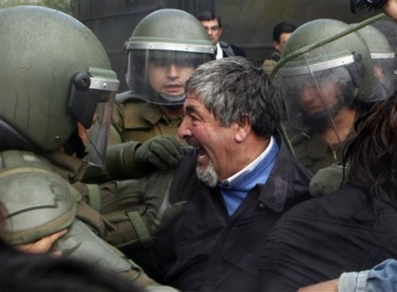 Carabineros reprimen a manifestantes. Foto: AP