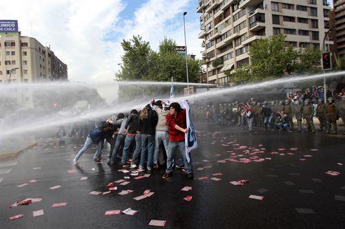 Carabineros reprimen a manifestantes.