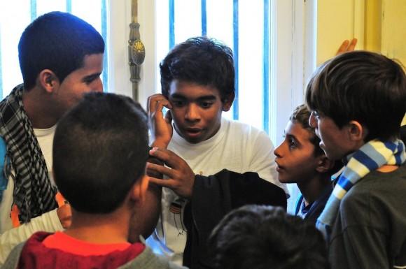 Actuando como si estuviera hablando con Gerardo, después que sucedió. Todos los niños estaban felices por el diálogo con él. Foto: Bill Hackwell