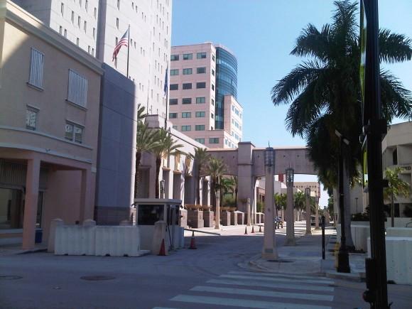 Esta es la corte federal de la florida y el edificio de atras la prision de aqui.