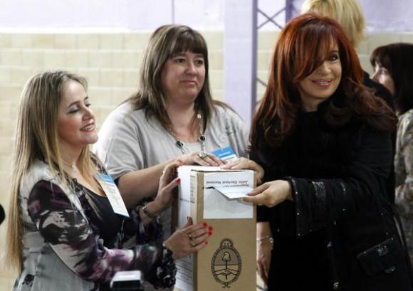 La presidenta de Argentina Cristina Fernández de Kirchner, emitió su voto en la mesa 529 de la Escuela Nuestra Señora de Fátima, de la localidad de Río Gallegos, en la provincia de Santa Cruz, Argentina, el 23 de octubre de 2011.  /Raul FORZA/TELAM/