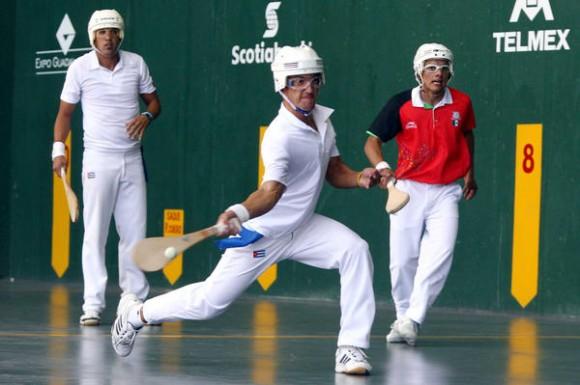 Los cubanos Rafael Fernández y Azuan Pérez (de blanco), ganaron Medalla de Oro en Pelota de Cuero Frontón 36 metros, de los XVI Juegos Panamericanos, al vencer a  la dupla mexicana, en el Complejo Panamericano de Pelota Vasca, en Guadalajara, México, el 26 de octubre de 2011.  AIN    FOTO/José PAZOS/NOTIMEX