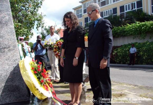 La embajadora cubana Lissette Pérez y Wilfredo Pérez, hijo del capitán del vuelo 455.