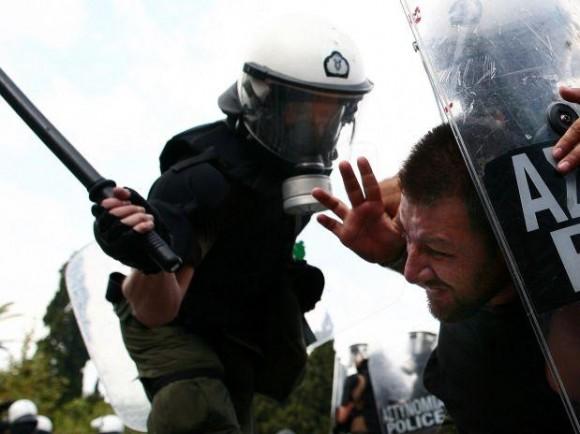 La policía reprime a manifestante en la plaza Sintagma de Atenas. Foto: FuturePress