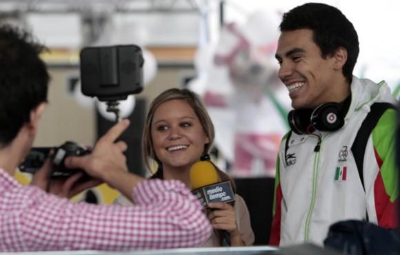 Periodista entrevistando a los atletas de diferentes paises en la villa panamericana. Foto: Ismael Francisco