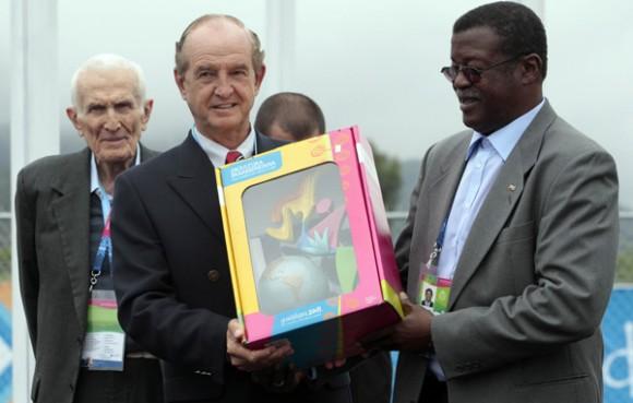 Nick van der Kaay, alcalde de la Villa Panamericana entrega un presente a Cristian Jimenez, presidente del Inder cubano, en ceremonia de izamiento de la bandera cubana. Foto: Ismael Francisco