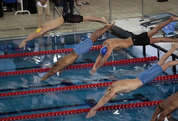 El cubano Hanser García (gorro azul) conquistó hoy una sorpresiva medalla de plata en los 100 metros libres de los XVI Juegos Panamericanos Guadalajara-2011. Foto: Ismael Francisco