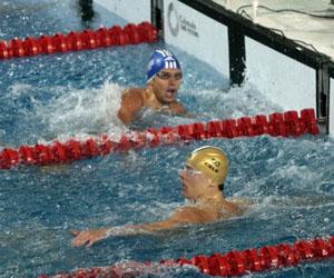 Hanser (gorro azul) solo fue superado por el mejor del mundo, César Cielo, que aparece en primer plano