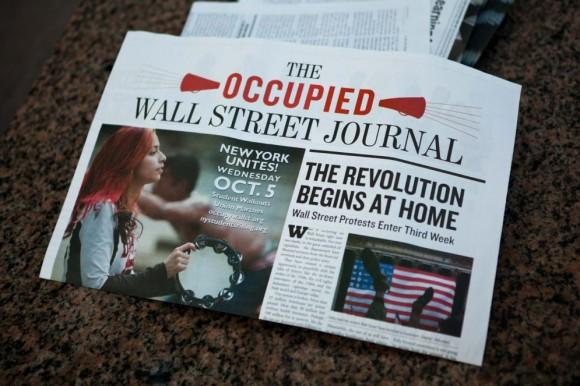 Periódico Una publicación del movimiento 'Ocupa Wall Street', en el suelo de la calle. JOHN MINCHILLO (AP)