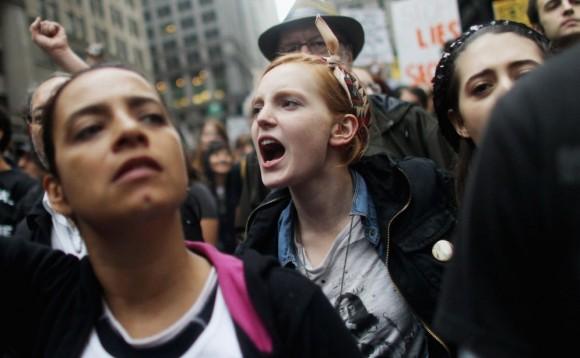 Gritos contra los mercados. Una joven lanza consignas contra los mercados durante la protesta de 'Ocupa Wall Street', el pasado 1 de octubre. Foto: MARIO TAMA (AFP)