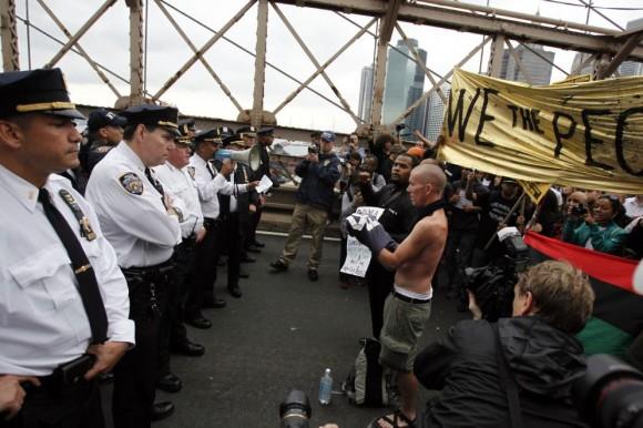 Encarados Policías de Nueva York intentan impedir el paso a los manifestantes del movimiento 'Ocupa Wall Street' en el puente de Brookly, el pasado 1 de octubre. JESSICA RINALDI (REUTERS)