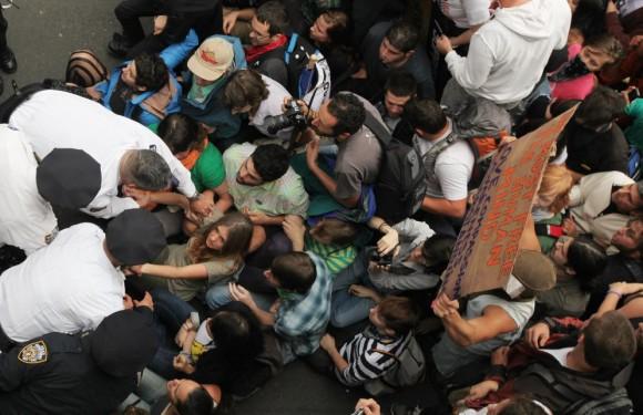 Sentada Policías de Nueva York intentan levantar del puente de Brooklyn a manifestantes durante la protesta del 1 de octubre. MARIO TAMA (AFP)