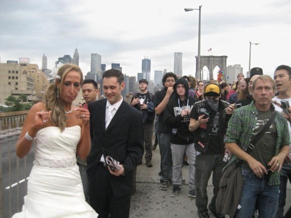 Los novios, en medio de la protesta. Dos recién casados intentan hacerse una foto mientras tiene lugar la protesta del movimiento de 'Ocupa Wall Streer' en el puente de Brooklyn del pasado 1 de octubre. DARYL LANG (AP)