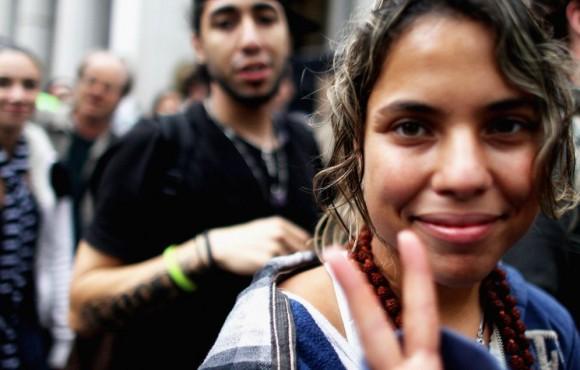 Optimismo Una manifestante hace el gesto de la victoria durante la protesta del 1 de octubre del movimiento 'Ocupa Wall Street'. MARIO TAMA (AFP)